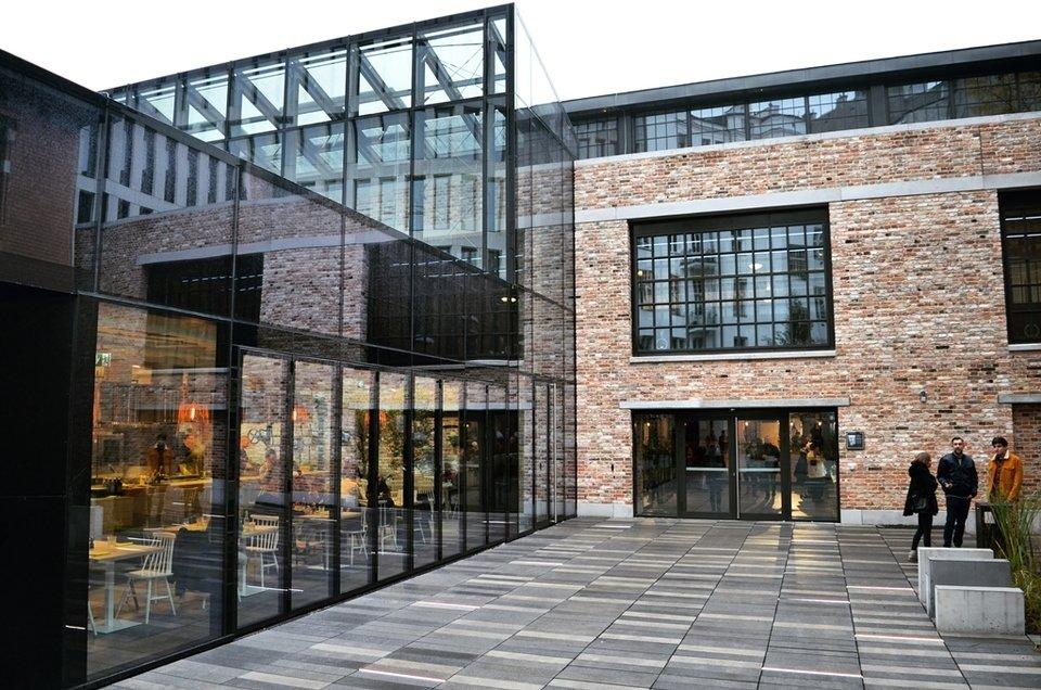 Hala Koszyki oddaje ducha dawnej Warszawy dzięki nawiązaniu do pierwotnej konstrukcji, jednocześnie dodając nowoczesne elementy szklane do projektu.