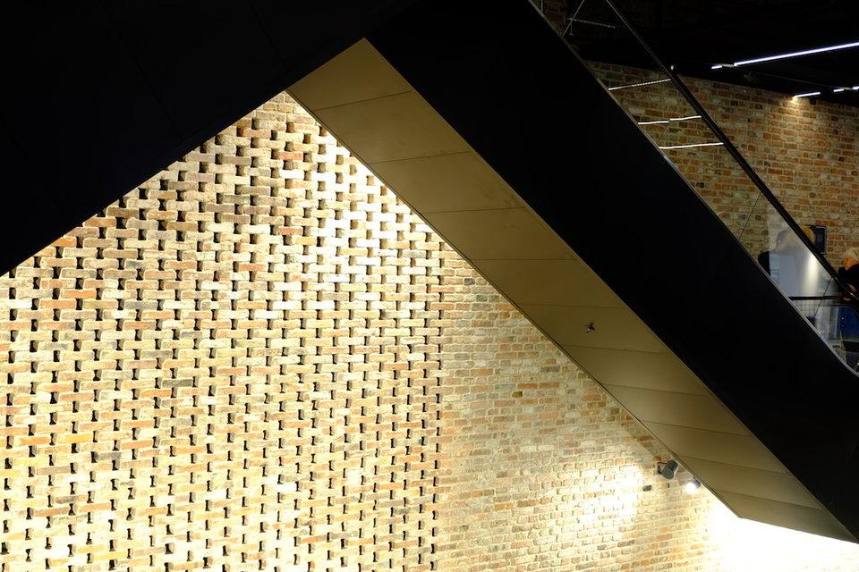 Hala Koszyki, wewnętrzna ściana z nietypowym wzorem ułożonym z cegły porozbiórkowej.