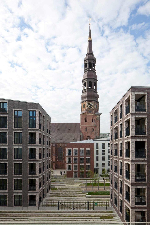 Projekt nie dominuje okolicy i nie odwraca uwagi od zabytkowego koscioła św. Katarzyny w Hamburgu.