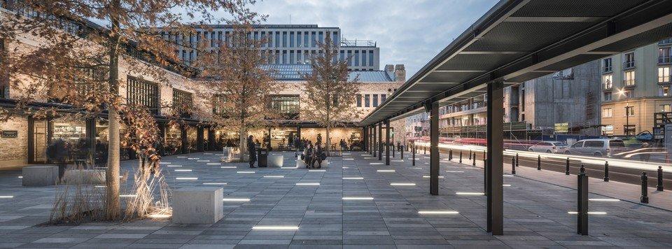 Zrewitalizowany plac przed Halą otwiera tę część elewacji na ulicę i pozwala przechodniom przyjrzeć się bryle.