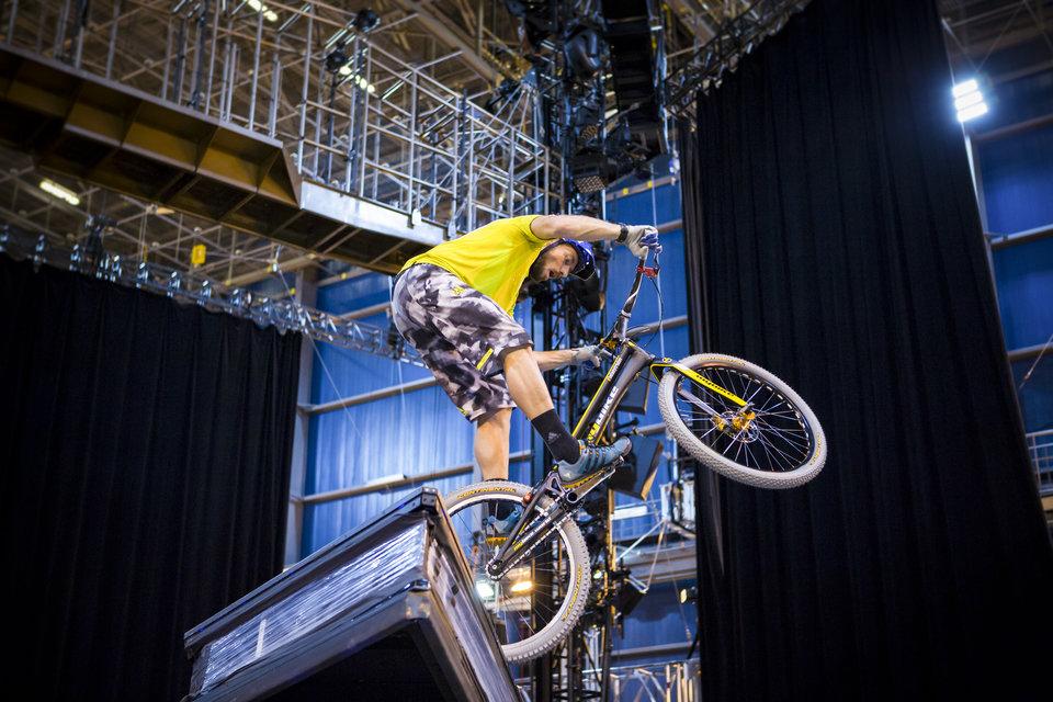 Belaey aan het werk in Cirque du Soleil's 'Creation Studio'