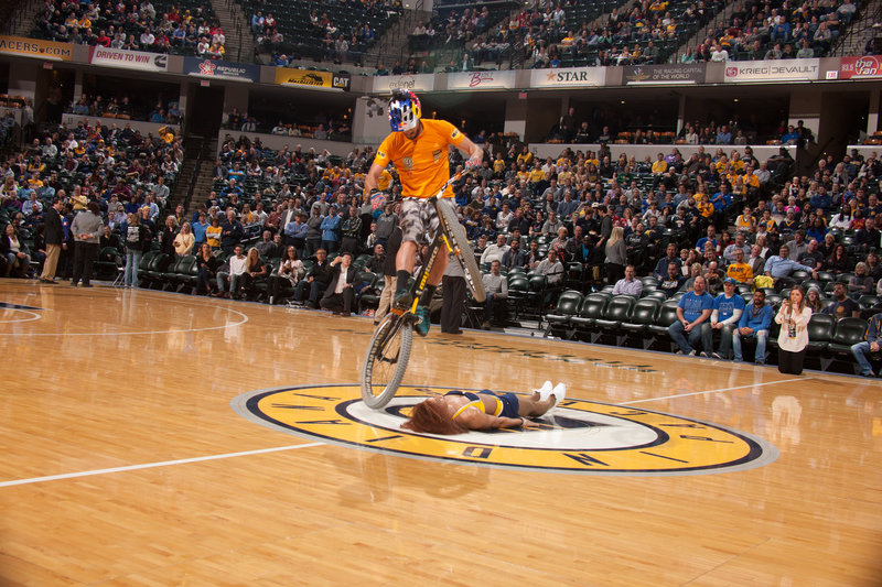 Trialbike rider Kenny Belaey entertaining the crowd during the Indiana Pacers - Charlotte Hornets NBA halftime show. Phtoto: 'Pacers'