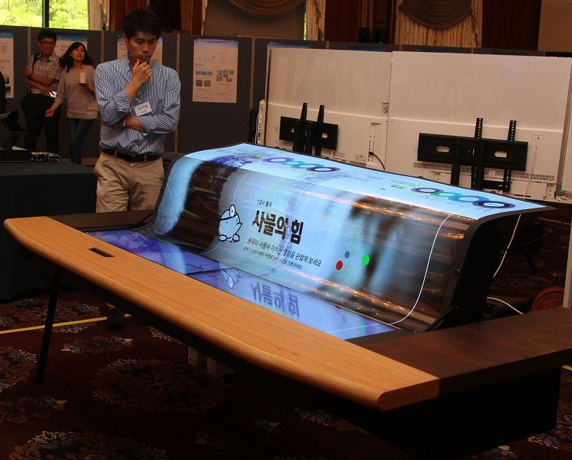 LGD_77-inch Flexible and Transparent Display_smartdesk.jpg