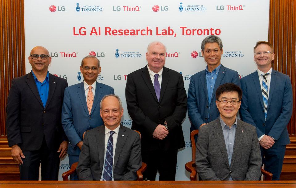 Na siedząco od lewej: Dr. Meric Gertler, rektor Uniwersytety w Toronto, &nbsp;dr I.P. Park, prezes i dyrektor ds. technologii w firmie LG Electronics<br>Na stojąco od lewej: Mohammed Ansari, Vice Prezes, LG Silicon Valley Lab; Dr. Vivek Goel, prorektor Uniwersytetu w Toronto ds. badań i innowacji; Jim Wilson, Minister rozwoju ekonomicznego, rynku pracy i handlu Ontario; Dr. Peter Kim, Senior Vice President, obszar sztucznej inteligencji, LG Electronics i Dr. Derek Newton, Assistant Vice President, katedra innowacji, relacji z partnerami biznesowymi i przedsiębiorczości na Uniwersytecie w Toronto.