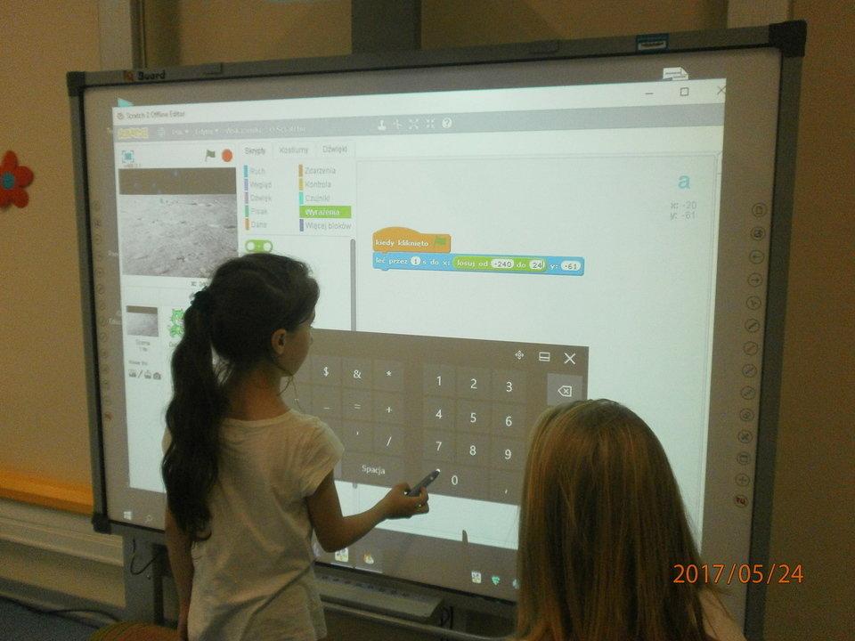 Ola lat 7 uczy dorosłych Dzień Otwarty w szkole.JPG