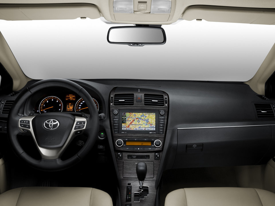 Toyota_avensis_sedan_101.jpg
