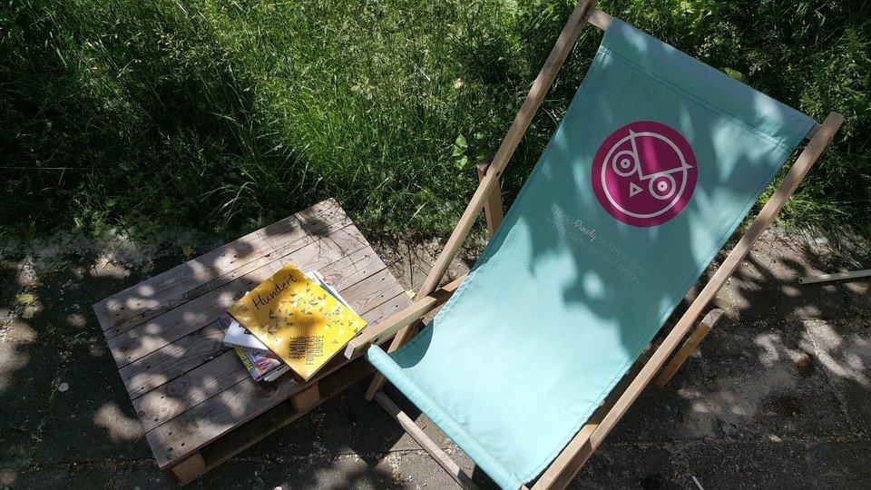 Jesteśmy tak zajęci, że nie mieliśmy czasu zmienić logosów na naszych super wypasionych leżakach ;) Nie zmienia to faktu, że to najwygodniejsze siedziska w okolicy!