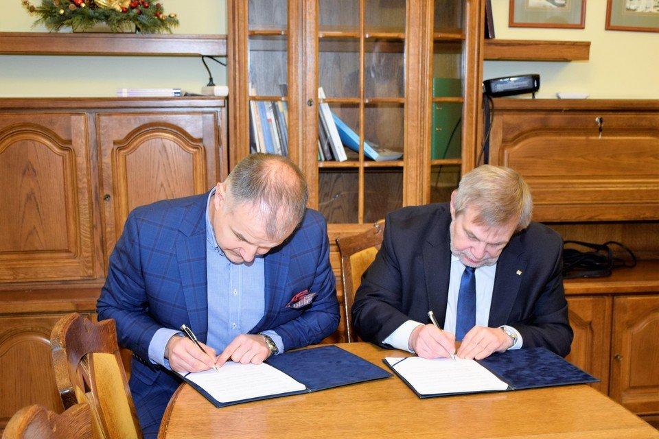 Sebastian Pawłowski, wiceprezes Komputronik Biznes i prof. Marek Nawrocki, prorektor UAM podpisują umowę dotyczącą współpracy