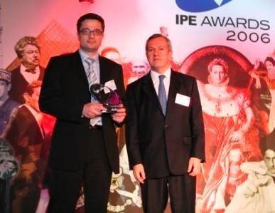 Podczas gali w Paryżu, w której uczestniczyło kilkuset przedstawicieli branży funduszy emerytalnych w Europie, nagrodę dla CU OFE odebrał Michał Szymański, członek zarządu, dyrektor inwestycyjny CU PTE.