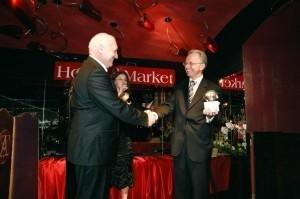 Zbigniew Andrzejewski, prezes grupy CU Polska (z prawej), odbiera Złoty Parasol. Obok niego Magdalena Mądrzak z