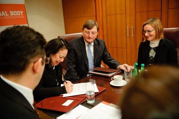 Alexandra Chin podpisuje porozumienie o współpracy z Krajową Izbą Biegłych Rewidentów, po prawej Józef Król, ówczesny Prezes Krajowej Rady Biegłych Rewidentów. Styczeń 2015