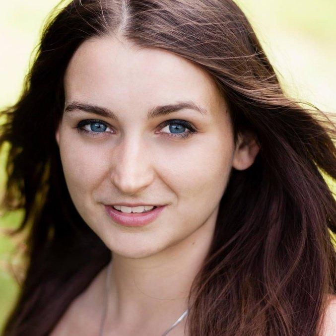 <b>Anna Jarzębak</b> - oligofrenopedagog, terapeuta wczesnego wspomagania rozwoju, na co dzień wychowawca w przedszkolu specjalnym.