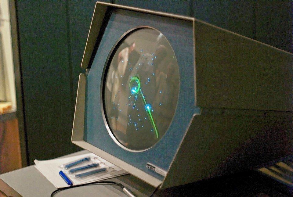 <i>Spacewar!</i>&nbsp;na komputerze PDP-1. Jedno takie urządzenie kosztowało 120 000$ co dzisiaj stanowi ekwiwalent 950 000$. Do 1969 roku sprzedano 53 egzemplarze maszyny.