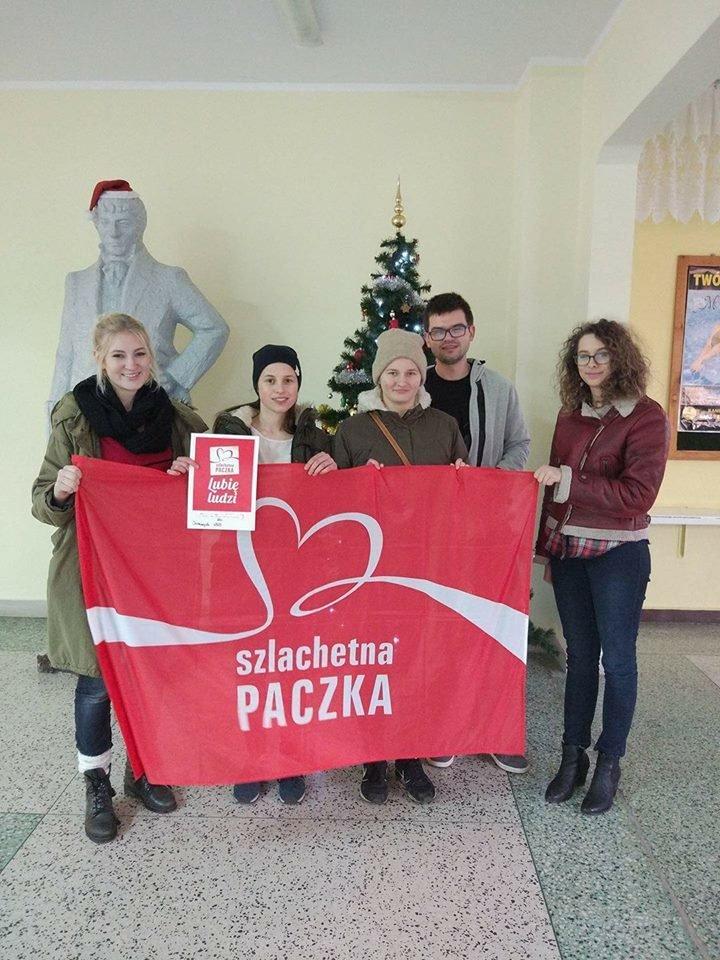 Przedstawiciele Samorządu Studenckiego krótko po oddaniu darów.