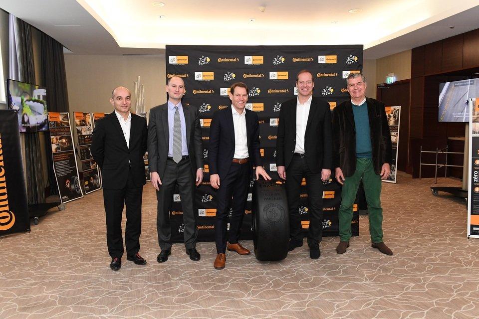Nikolai Setzer, członek zarządu Continental AG (w środku) wraz z Christianem Prudhomme, dyrektorem generalnym Tour de France (drugi od prawej)