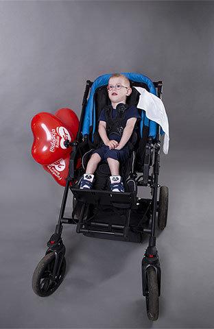 Tymek, ponad 2-letni dżentelmen, dzięki rehabilitacji zaczął dźwigać głowę, przekręcać się z boku na bok, samodzielnie jeść z butli i uśmiechać się do mamy. <br>