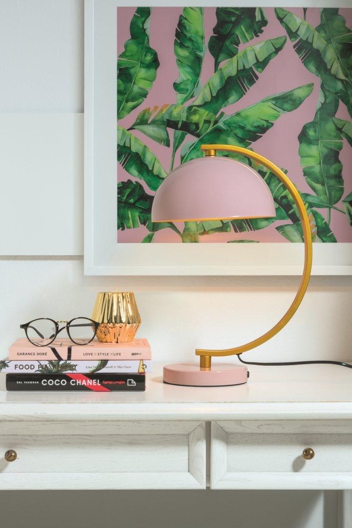 Lampa stołowa Umbra w kolorze różowym ze złotymi elementami.