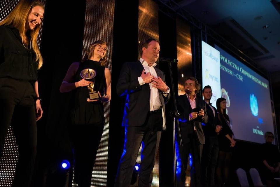 Prezes UPC Polska Frans-Willem de Kloet oraz Ewa Sadowska i Marlena Skolimowska odbierają Złotą Antenę Świata Telekomunikacji