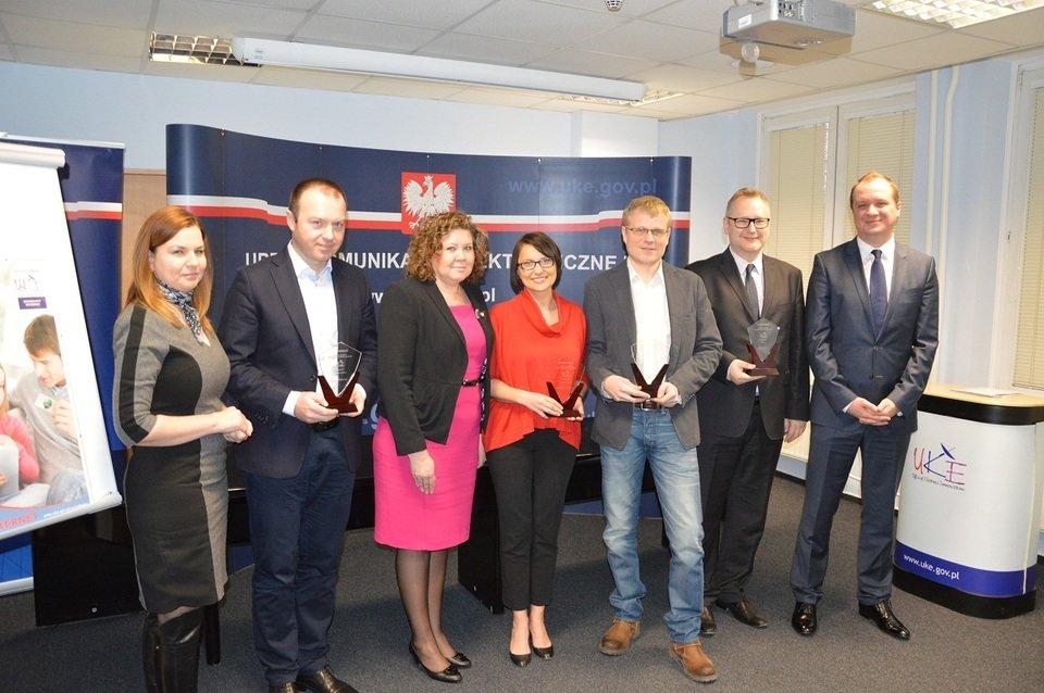 Laureaci Certyfikatu UKE oraz Prezes UKE, Magdalena Gaj i Dyrektor, Renata Piwowarska; źródło: UKE