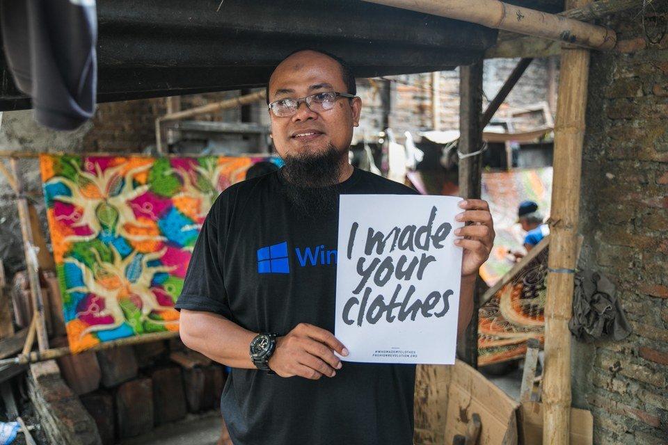 Nasz rękodzielnik Kis Herry w swoim warsztacie w Surakarcie w Indonezji