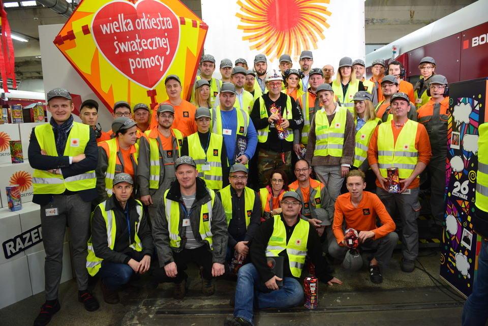 Jurek Owsiak z pracownikami Zakładu Stora Enso, który produkuje finałowe puszki. Fot. Łukasz Widziszowski