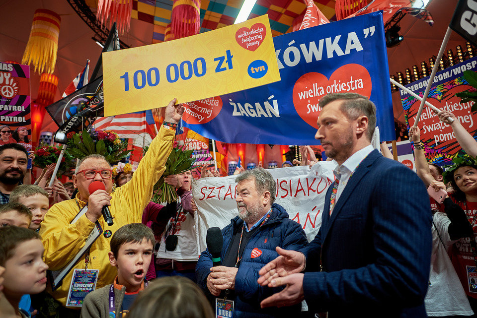 Przekazanie przez TVN czeku o wartości 100 000 PLN podczas 25. Finału WOŚP. Fot. Szymon Aksienionek