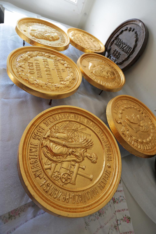 Medaliony, które zdobiły fasadę istniejącej od w 1878 r. fabryki fortepianów Calisia, zostały poddane zabiegom konserwatorskim.