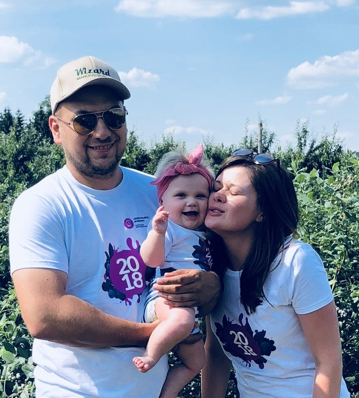 Basia Milewska z rodzicami.jpg