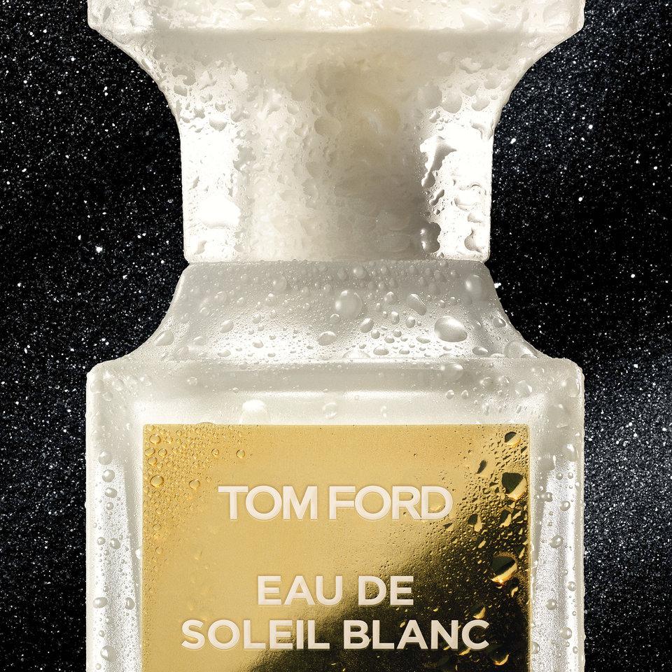 Tom Ford Eau De Soleil Blanc to odświeżająca woda toaletowa na bazie oszałamiającej mieszanki Private Blend Soleil Blanc. Jasny, świeży i przepełniony aromatem cytrusów, z przebijającymi się ciepłymi kwiatowo-bursztynowymi nutami.