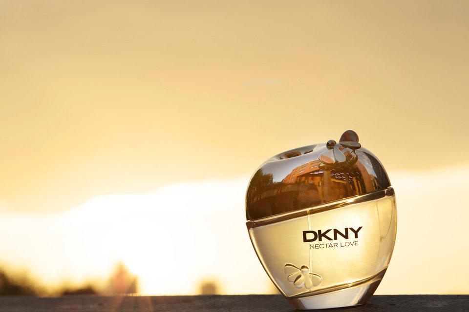 Barwna kwiatowo-orientalna kompozycja z nutą absolutu liści fiołka LMR oraz korzenia kosaćca przeznaczona dla kochającej zabawę flirciary DKNY, która lubi korzystać z życia.