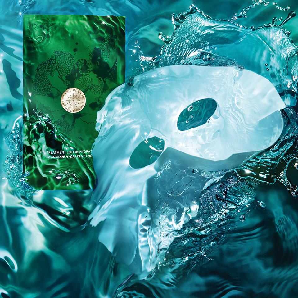 To połączenie Treatment Lotion i maski w płatach - każda maska zawiera ok 28 g Treatment Lotion. Unikalne mikro-włókna otulają skórę, aby maska mogła się całkowicie wchłonąć i pozostać na skórze.<br>Dwuwarstwowa maseczka The Hydrating Facial Mask dostarcza suchej i odwodnionej skórze enzymy nawilżające i turmaliny. Natychmiastowo przekazuje skórze wilgoć i ważne substancje odżywcze. Niezwykle skuteczne ekstrakty morskie ograniczają widoczne oznaki starzenia się skóry i wydobywają na światło dzienne promieniującą młodością cerę. Skóra wygląda na bardziej gładką i sprawia wrażenie delikatnej i elastycznej.<br>Działa kojąco i widoczny sposób redukuje zaczerwienienia.
