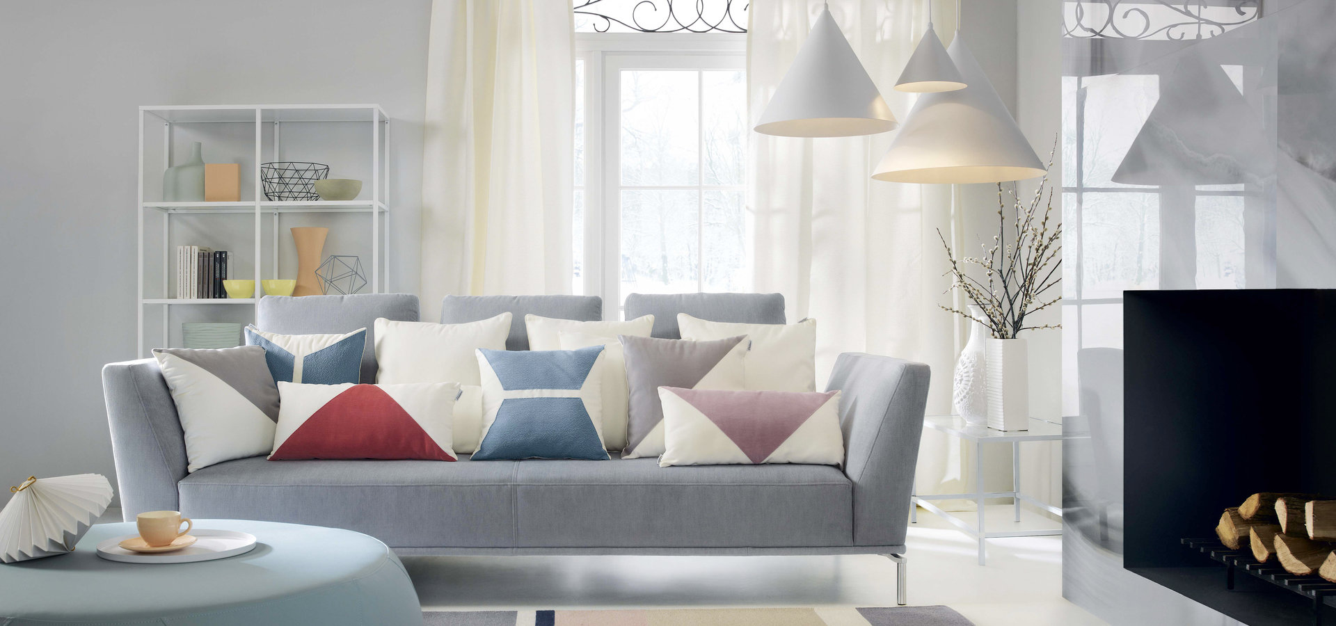 Pastelowa sofa w salonie