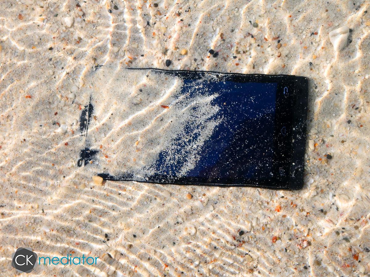 Co grozi twojemu smartfonowi w wakacje?