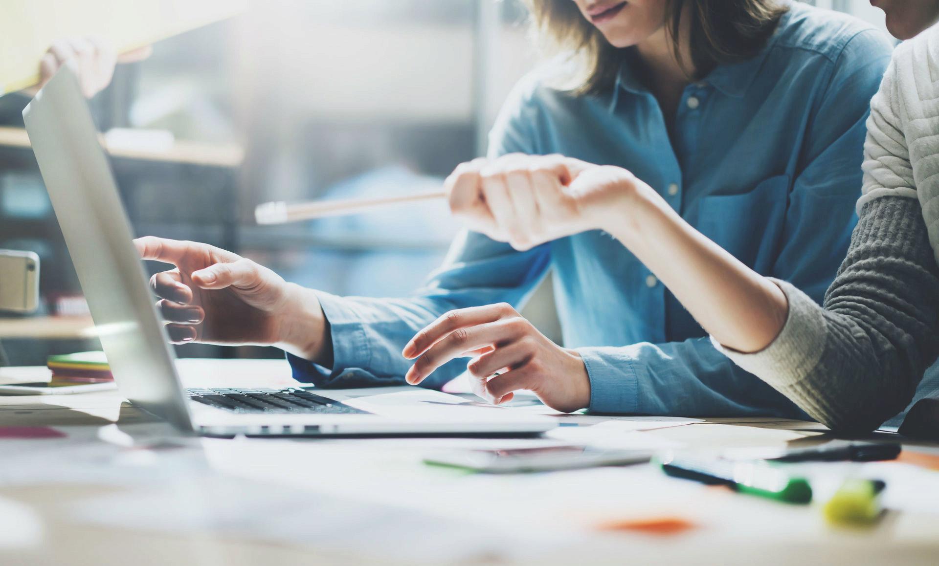 Korzystanie z technologii w życiu osobistym wpływa  na zachowanie ludzi w pracy