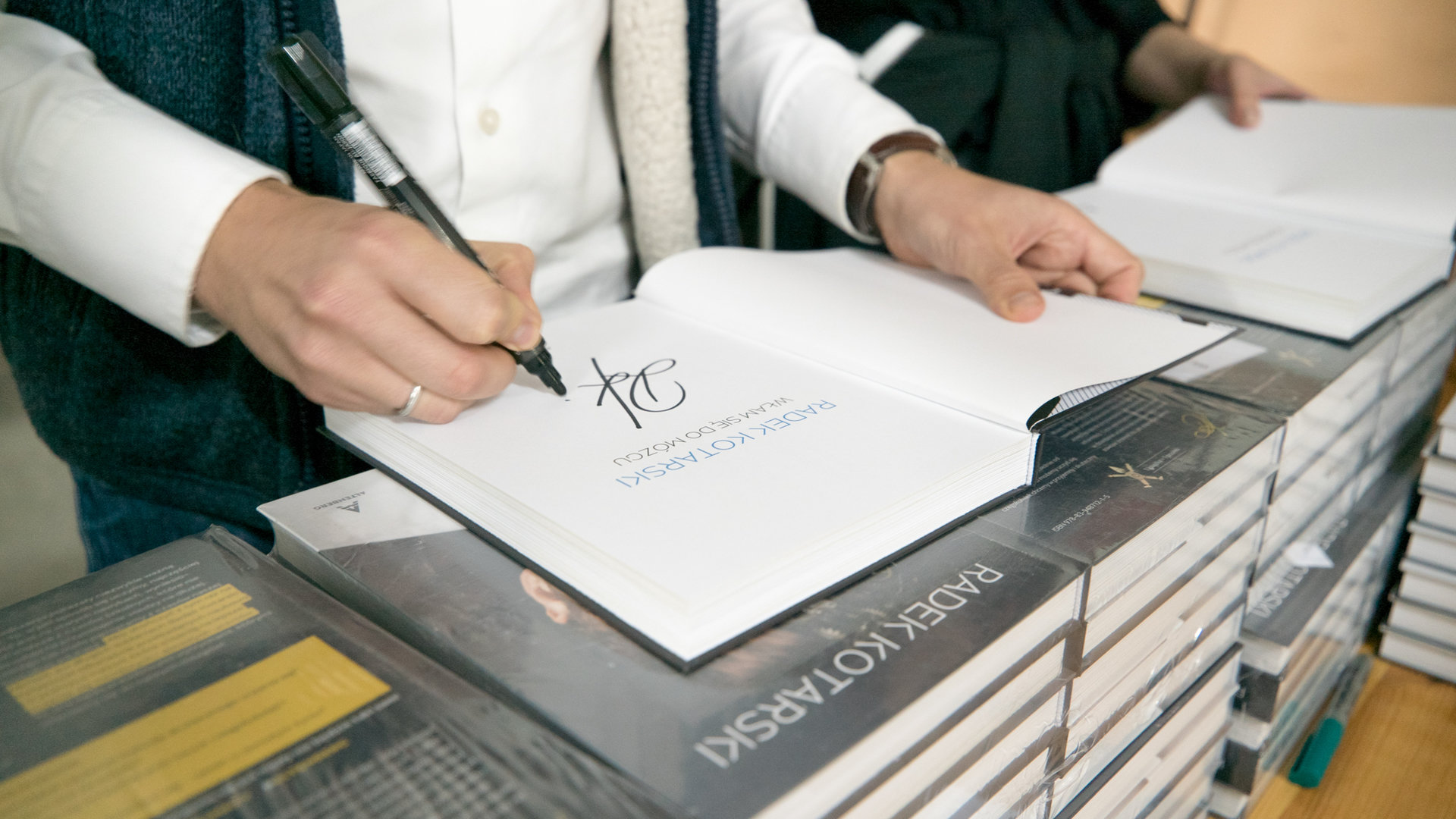 Książka znanego Youtubera zeszła na pniu! Radek Kotarski wydał ją sam. Oto, jak nauczył się szwedzkiego w pół roku i dlaczego został wydawcą
