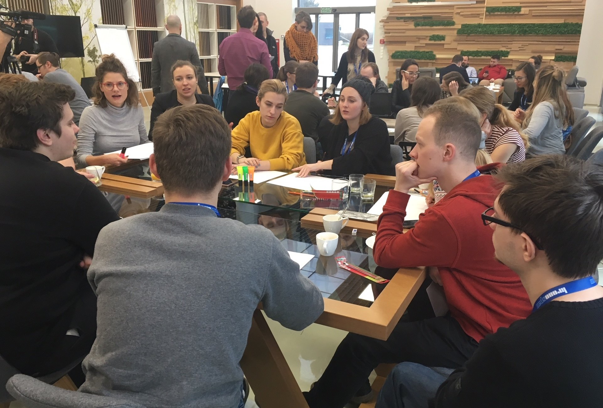 Studenci uczyli się robić meble w Kronospan Design Factory
