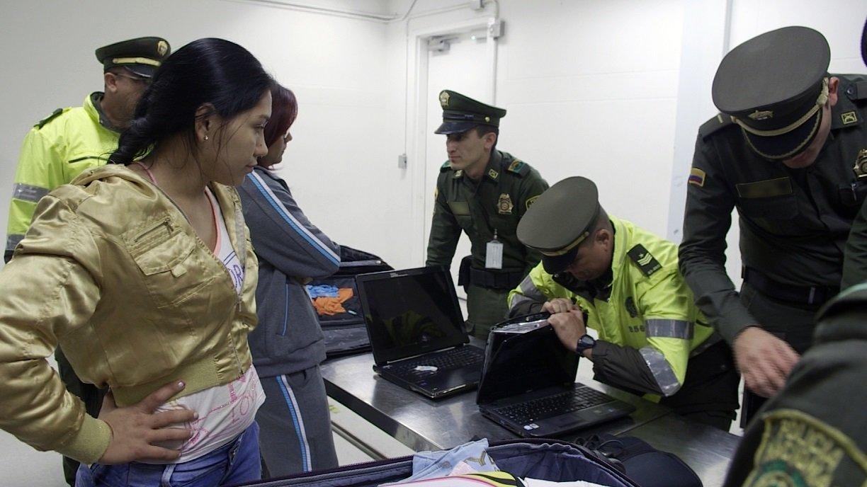 """Kapsułki, walizki z podwójnym dnem, a nawet nasączone zabronioną substancją ubrania. Służby na tropie przemytników kokainy. """"Alarm na lotnisku: Peru"""" w marcu na kanale National Geographic"""