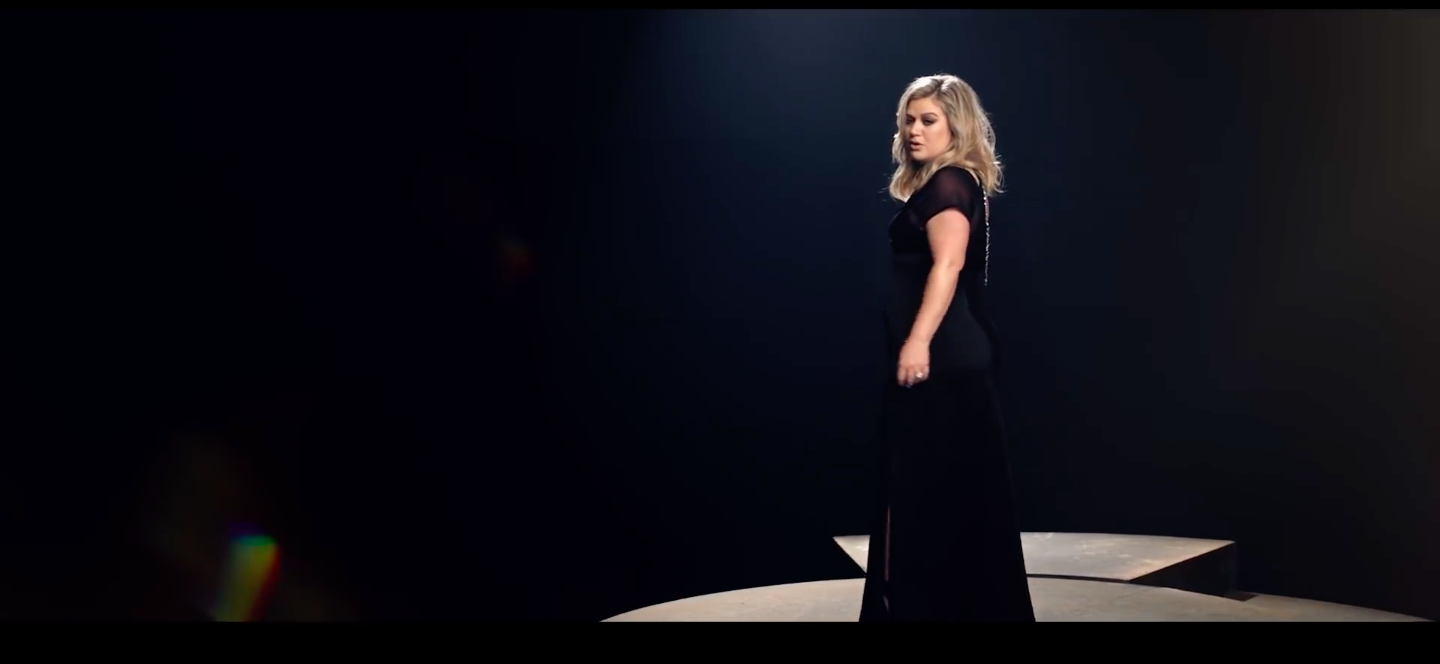 "Premiera wideoklipu Kelly Clarkson ""I Don't Think About You"""