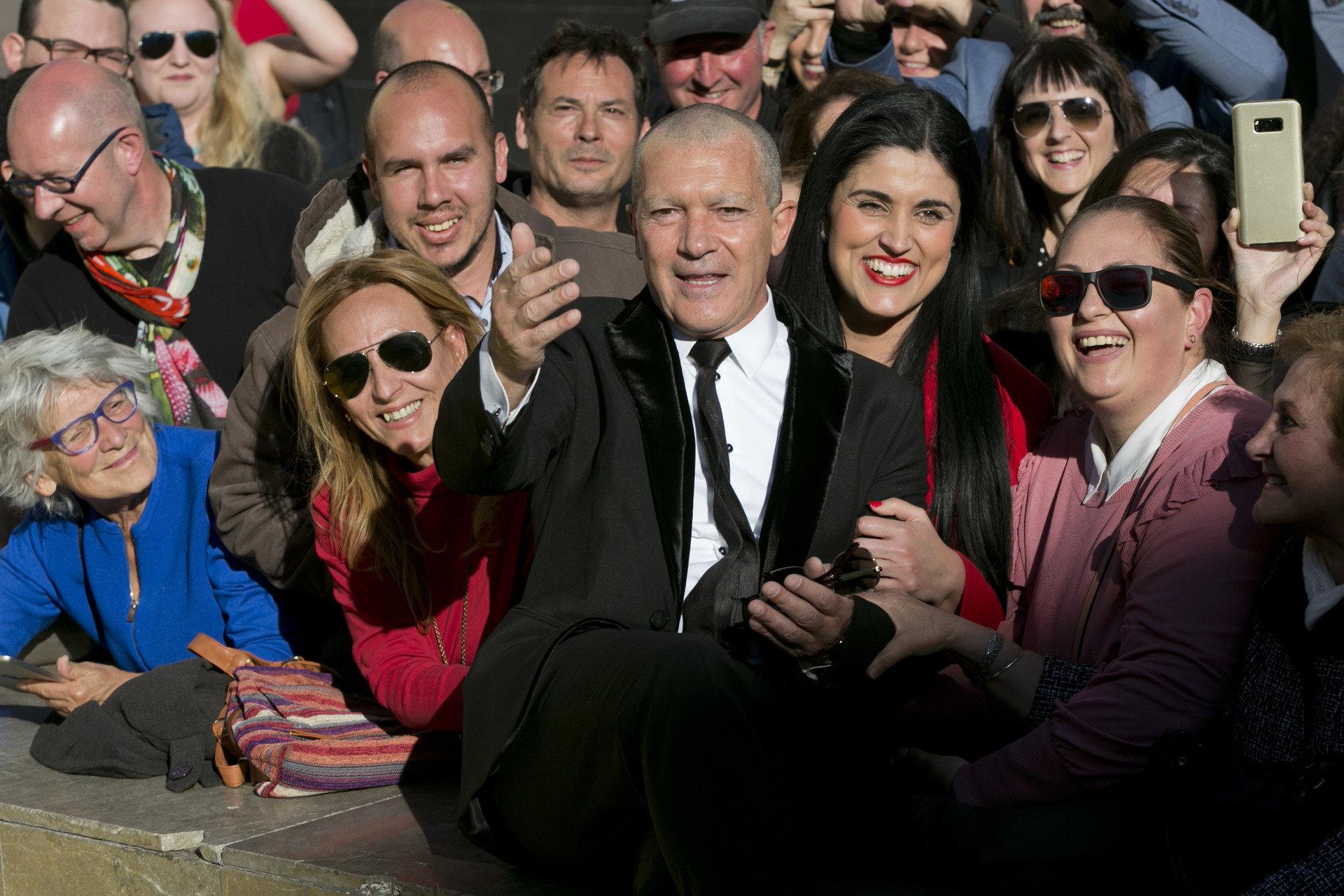 """Antonio Banderas i inne gwiazdy na czerwonym dywanie. W Maladze odbyła się premiera """"Geniusza: Picasso"""". Od 22 kwietnia na kanale National Geographic!"""