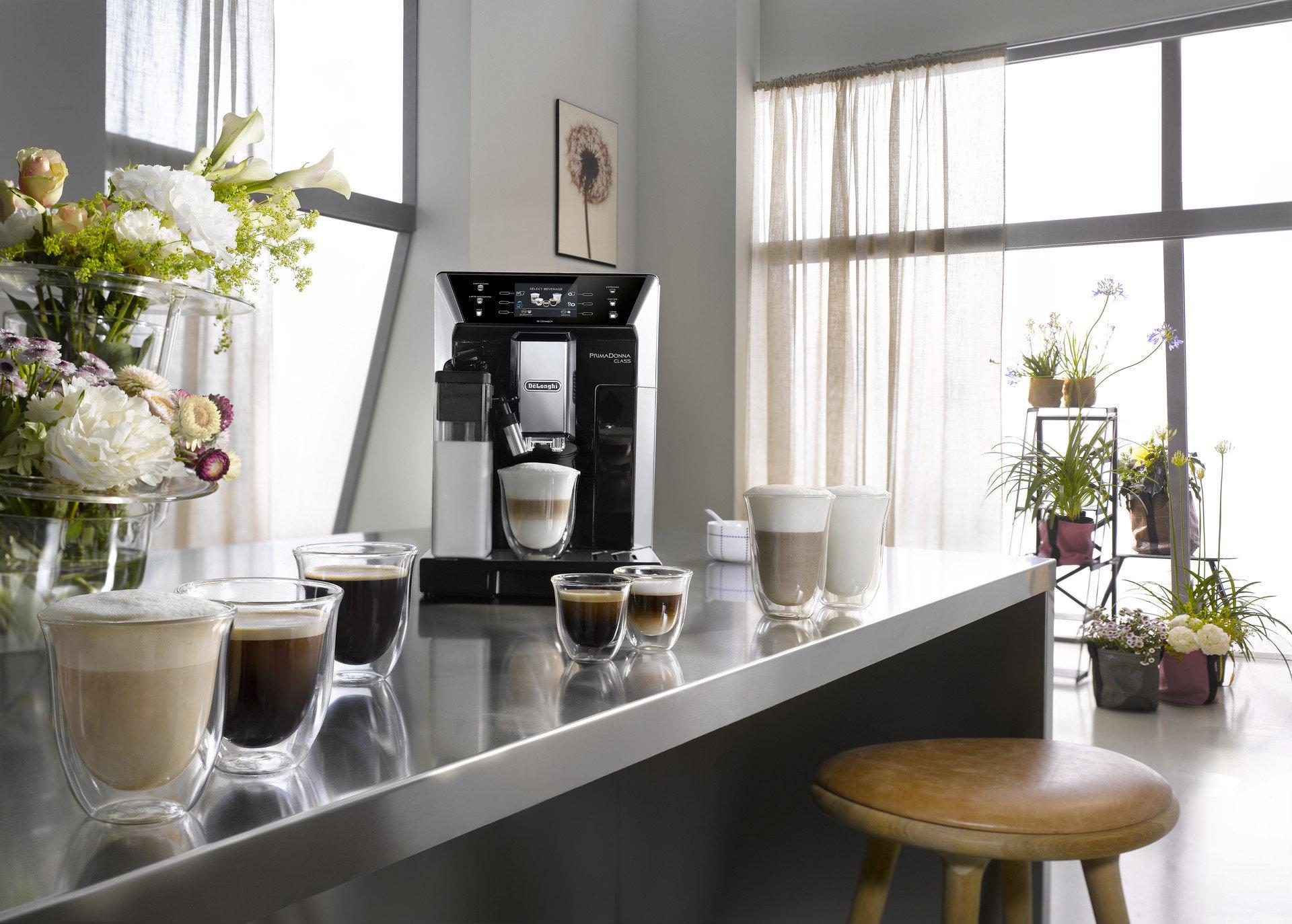 Optez pour les laits d'origine végétale avec la machine à café automatique PrimaDonna Class de De'Longhi