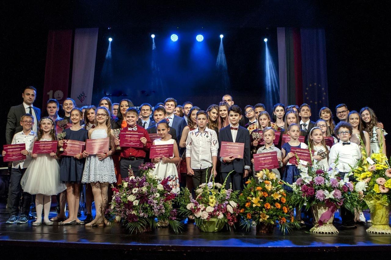 За десета поредна година Димитър Бербатов награди  най-добрите в изкуствата, науката и спорта  ученици с успехи през 2017 г.