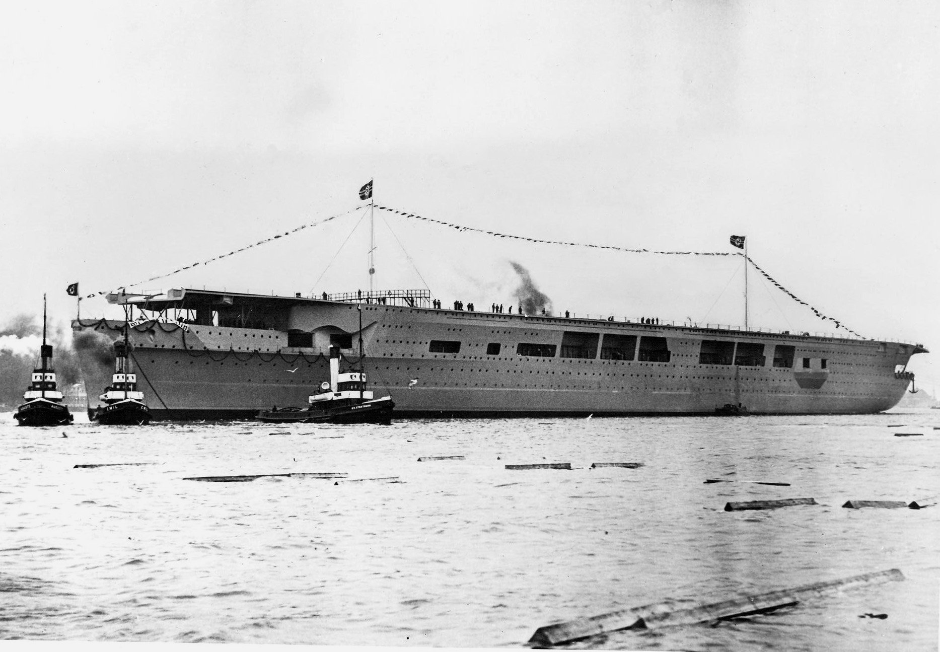 """Dlaczego jedyny nazistowski lotniskowiec znalazł się na dnie Bałtyku? Nowa seria kanału National Geographic """"Wyprawa na dno"""" wyjaśnia historię okrętu Graf Zeppelin i wiele innych podwodnych tajemnic. Premierowy odcinek z udziałem polskich naukowców już w niedzielę 26 sierpnia!"""