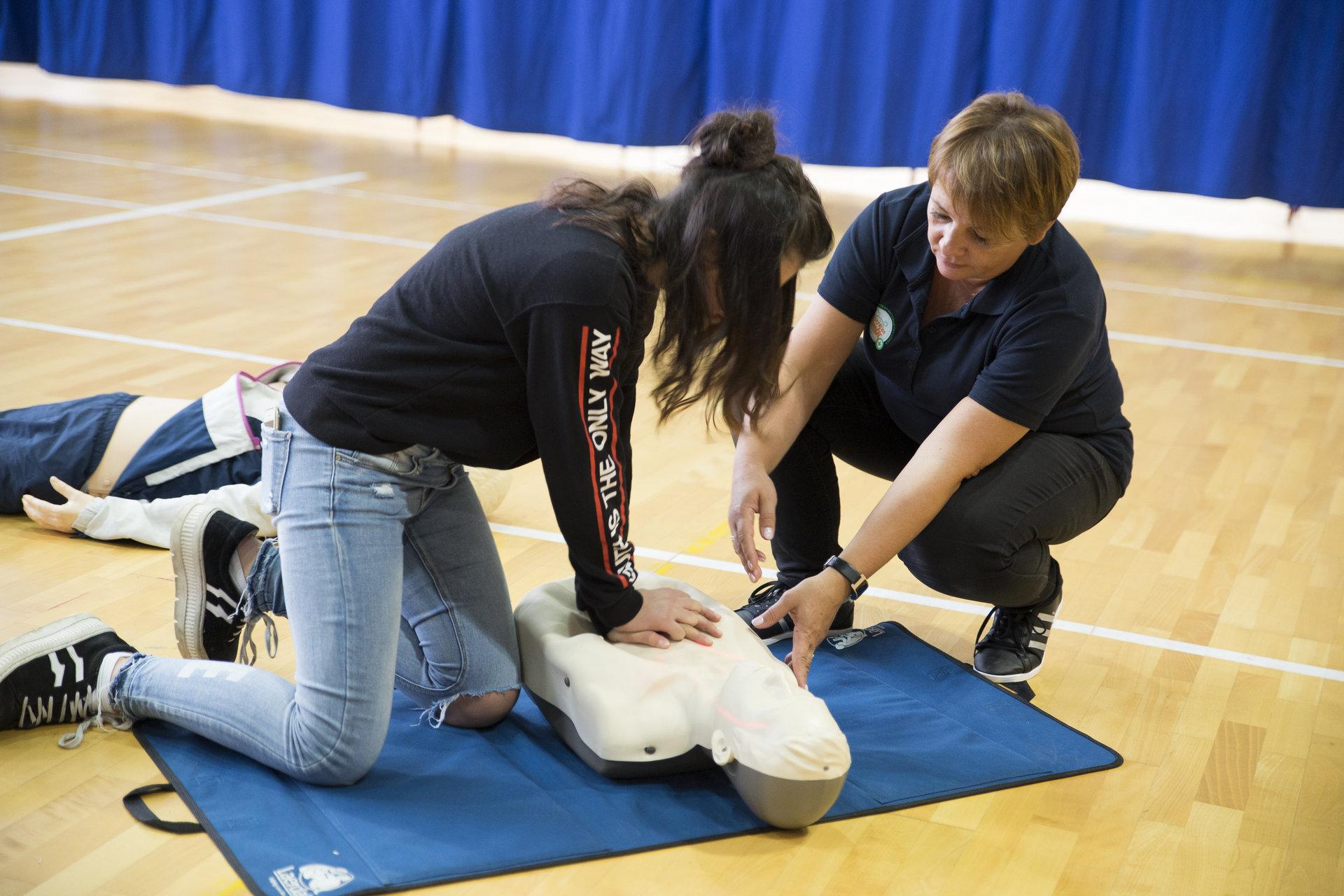 Ponad 450 uczniów z Olsztyna bierze udział w warsztatach z udzielania pierwszej pomocy
