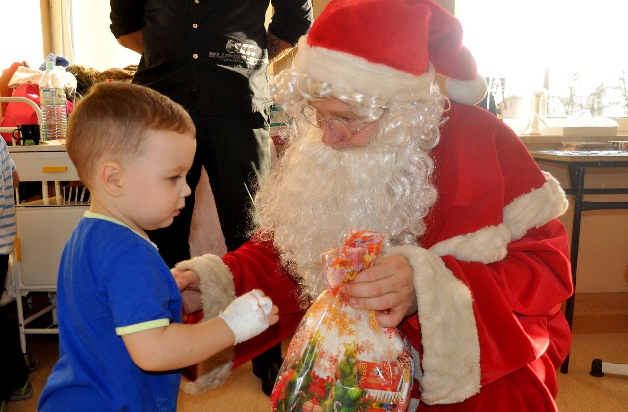 Kronospan ze Św. Mikołajem odwiedził chore dzieci