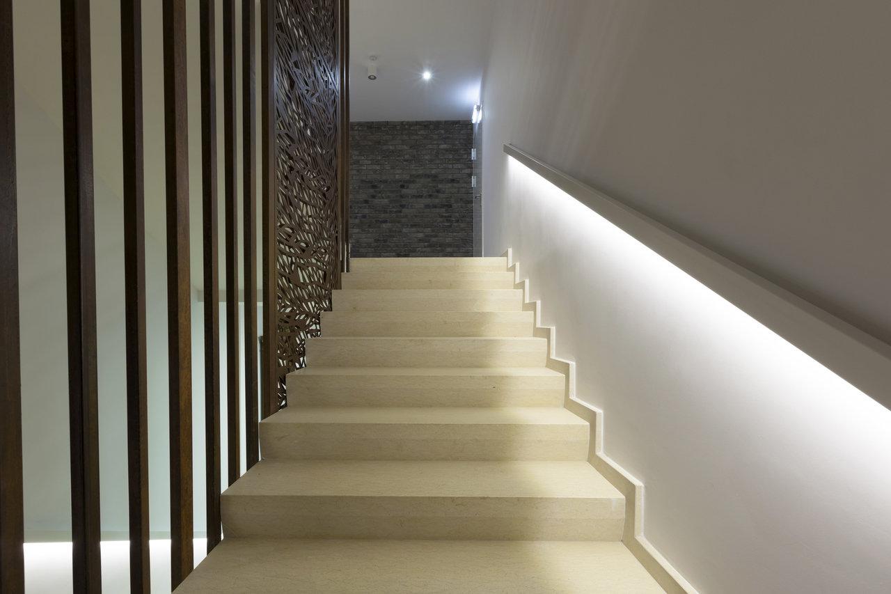 Bezpieczeństwo i styl - jak oświetlić schody?